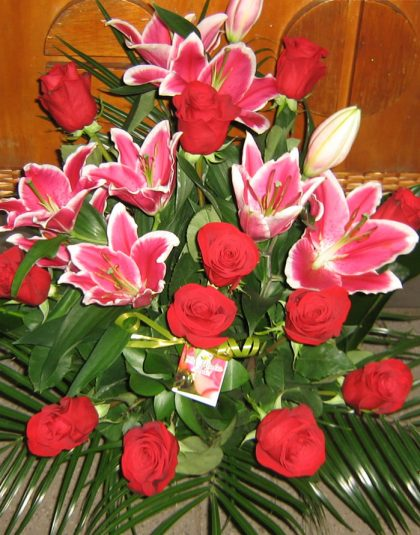 Aranjament 12 trandafiri, 3crini imperiali si verdea