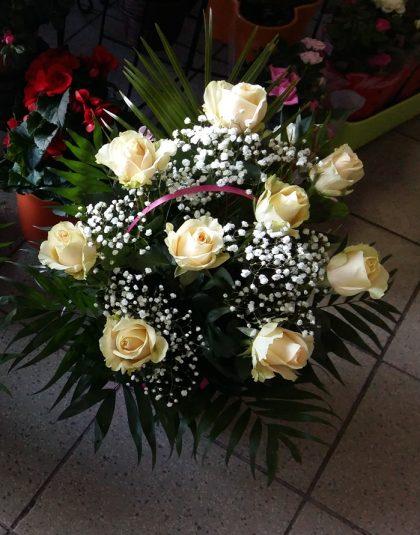 Aranjament in cos cu 9 trandafiri, gypsophila si verdeata