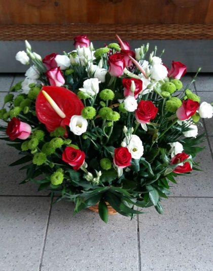 Aranjament in cos cu anthurium ,trandafiri ,eustoma