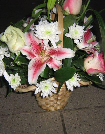 Aranjament in cos cu crin ,trandafiri ,crizanteme si verdeata