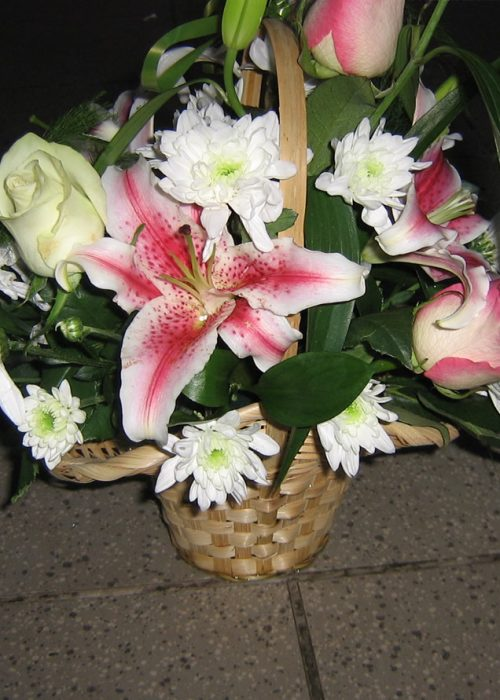 AFN-10 Aranjament in cos cu crin ,trandafiri ,crizanteme si