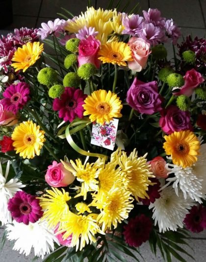 Aranjament in cos cu trandafiri, minigerbera, crizanteme
