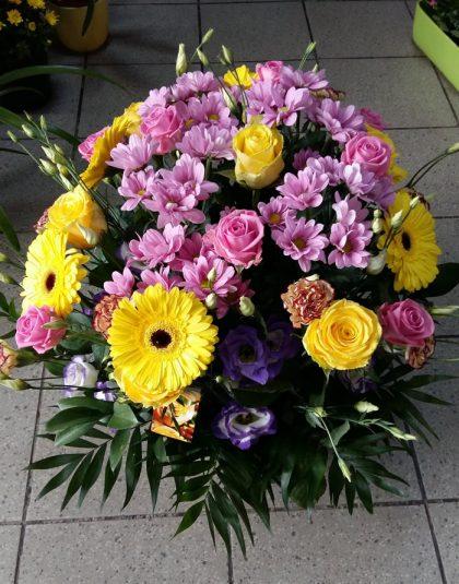 Aranjament in cos cu trandafiri , gerbera, garoafe, crizanteme