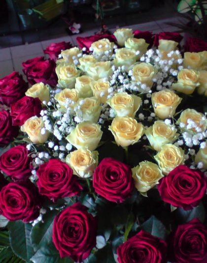 Aranjament in vas ceramic cu 69 trandafiri doua culori