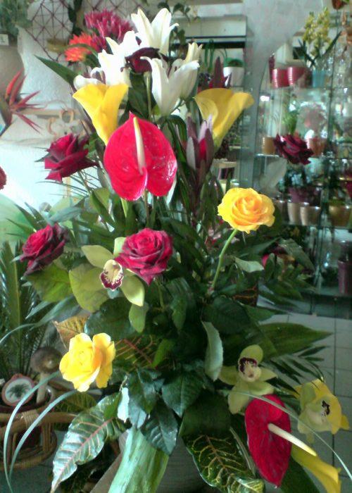 AFN-21 Aranjament in vas ceramic cu crin ,cale ,trandafiri ,
