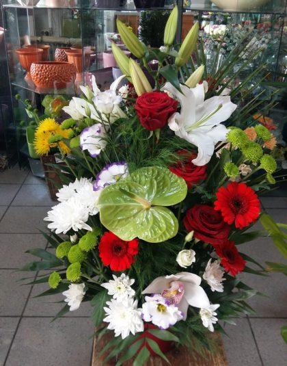 Aranjament in vas ceramica cu crin, anthurium, trandafiri