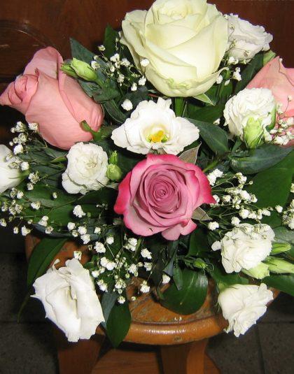 Aranjament in vas cu trandafiri eustoma, gypsophila si verdeata