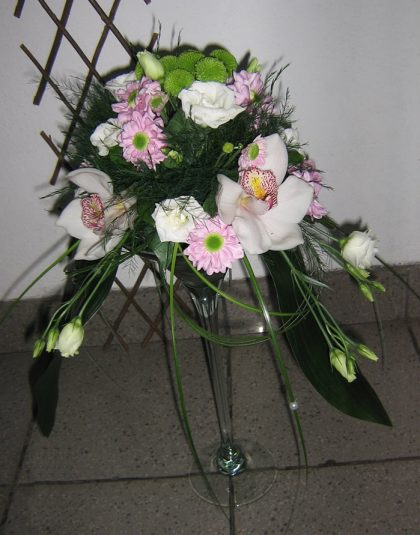 Aranjament in vas sticla cu crizantema , cupe orhididee