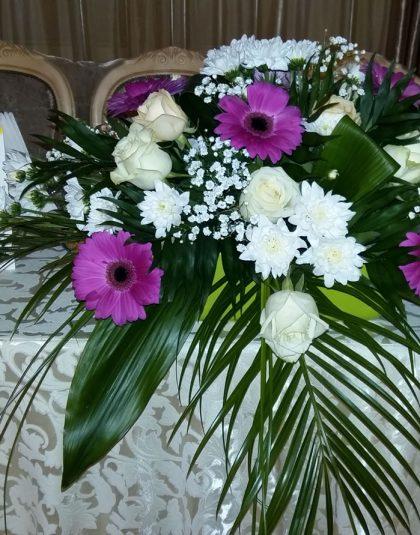 Aranjament masa in vas ceramic cu trandafiri albi ,crini