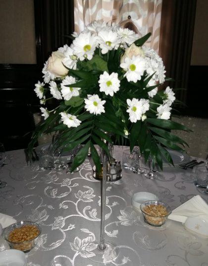 Aranjament in vas de sticla cu picior cu trandafiri