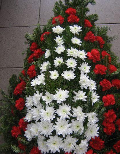 Coroana brad natural cu crizanteme albe si garoafe rosii