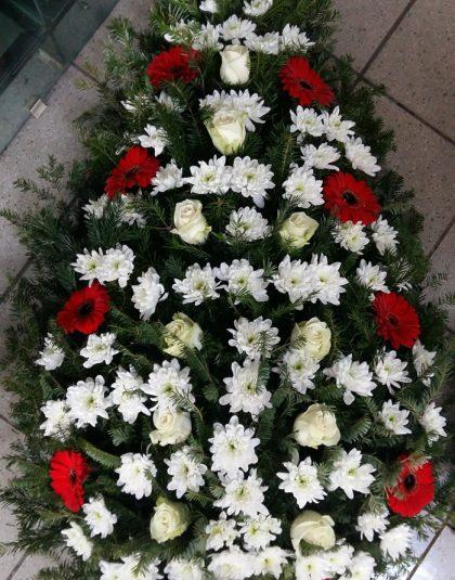 Coroana brad natural cu trandafiri albi, gerbera rosie