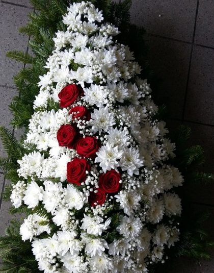 Coroana brad natural cu trandafiri rosii, crizanteme albe