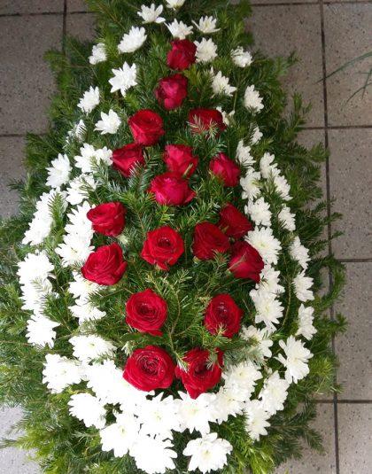 Coroana brad natural cu trandafiri rosii si crizanteme