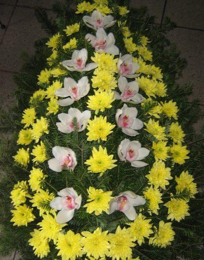 Coroana din brad natural cu crizanteme si cupe orhidee