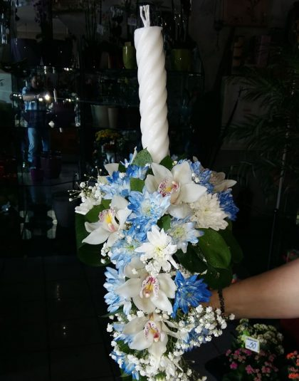 Lumanare botez in aranjament curgator cu crizanteme