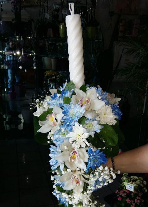 LB-04 Lumanare botez in aranjament curgator cu crizanteme si