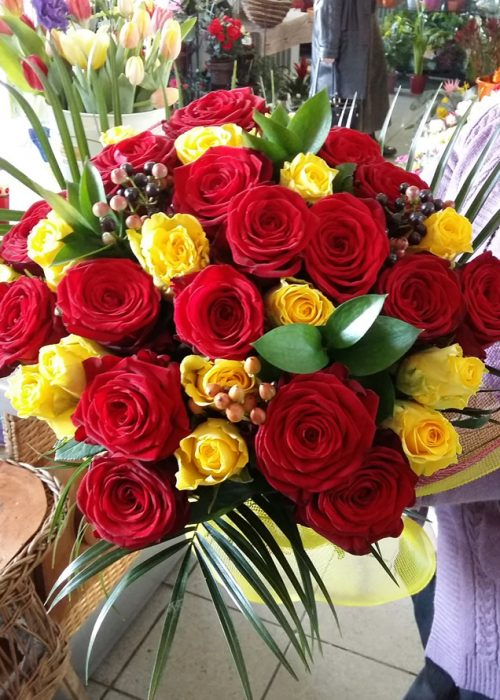 B-01 Buchet trandafiri rosii si galbeni pe rotund cu ruscus