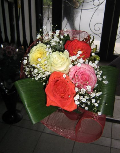 Buchet 5 trandafiri multicolor, gypsophila, verdeata