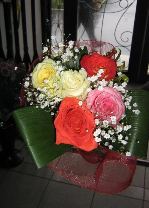 B-03 Buchet 5 trandafiri multicolor , gypsophila ,verdeata