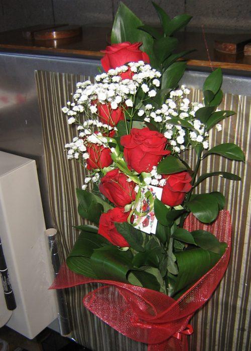 B-04 Buchet 7 trandafiri rosii cu gypsophila ,verdeata si a