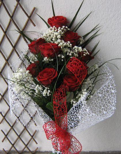 Buchet 9 trandafiri rosii cu gypsophila, verdeata