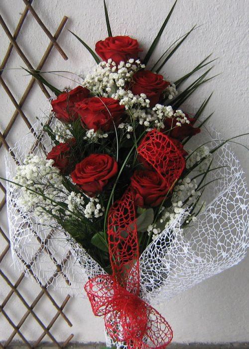 B-05 Buchet 9 trandafiri rosii cu gypsophila , verdeata si