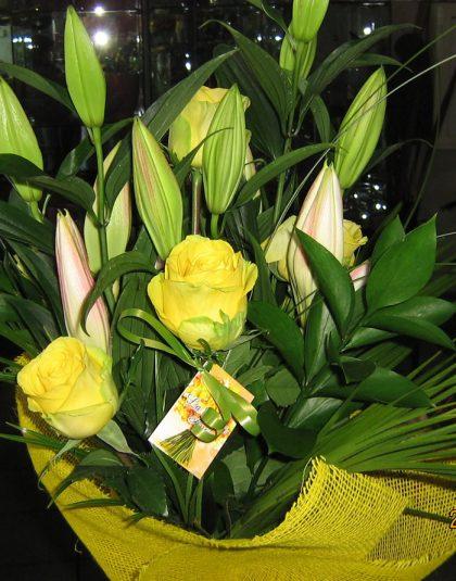 Buchet crin imperiali, trandafiri, verdeata si ambalaj