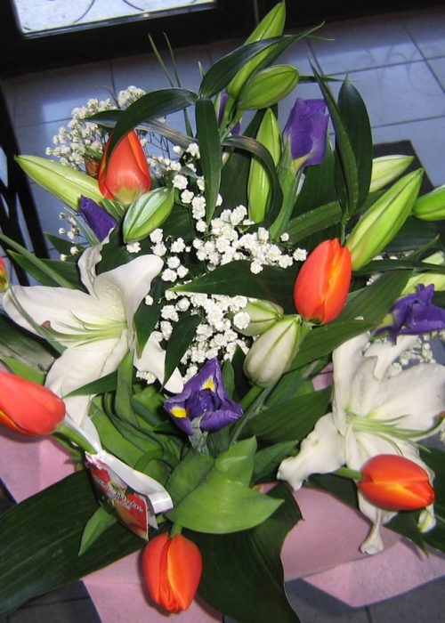 B-09 Buchet crini ,irisi ,lalele cu gypsophila ,verdeata si