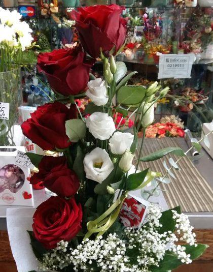 Buchet format din 5 trandafiri rosii si 2 eustoma albe