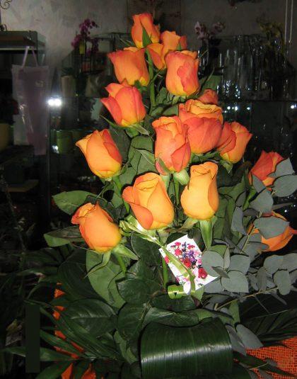 Buchet in trepte cu 15 trandafiri portocalii , verdeata