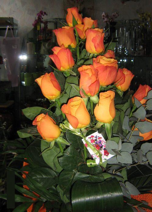 B-11 Buchet in trepte cu 15 trandafiri portocalii , verdeata