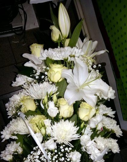 Buchet in trepte cu crin imperial alb, trandafiri albi