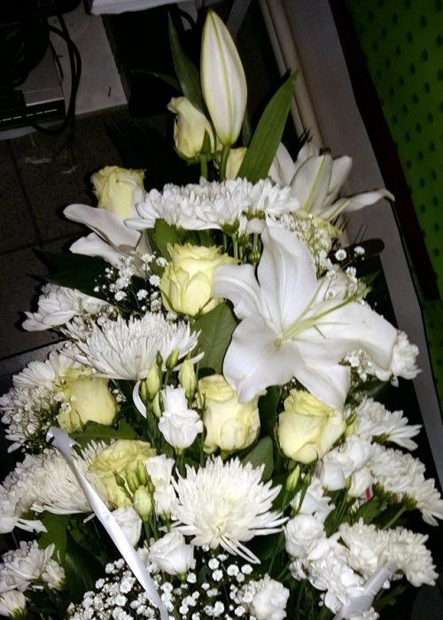 B-12 Buchet in trepte cu crin imperial alb ,trandafiri albi,