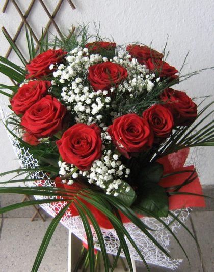 Buchet pe rotund cu 11 trandafiri, gypsophila, verdeata