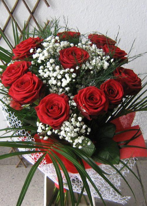 B-13 Buchet pe rotund cu 11 trandafiri , gypsophila ,verdeat