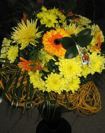 Buchet pe rotund cu gerbera, crizantema, verdeata si ambalaj
