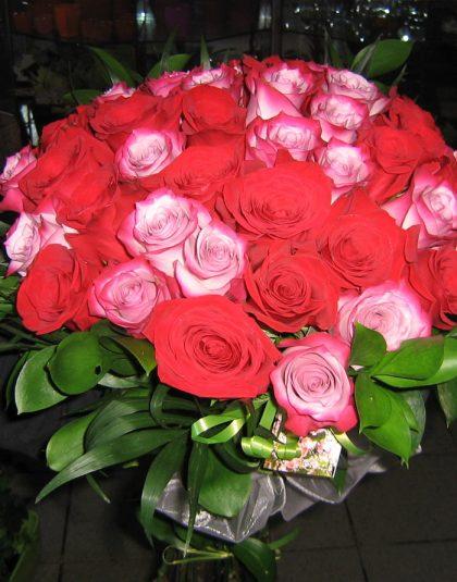 Buchet pe rotund din 39 trandafiri rosii si roz cu verdeata