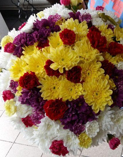 Buchet rotund format din garoafe si crizanteme