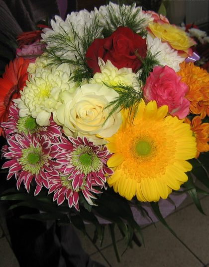 Buchet rotund mixt din trandafiri, gerbera, crizanteme