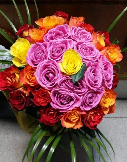 Buchet rotund trandafiri multicolori cu verdeata