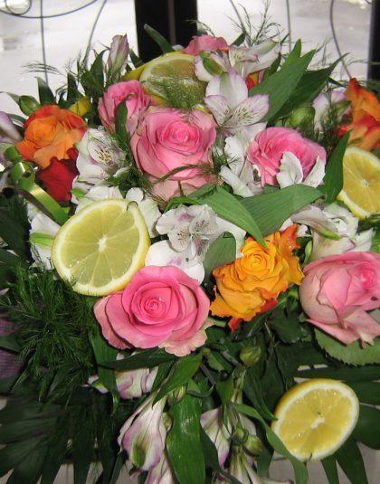 Buchet format din trandafiri, alstroemeria, lamaie, verdeata