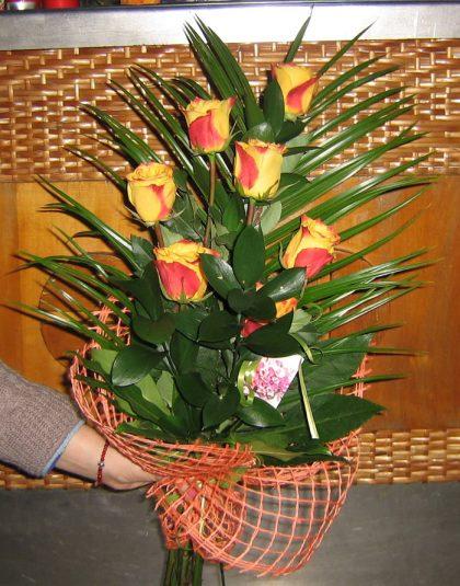 Buchet 7 trandafiri cach in scara cu verdeata si ambalaj