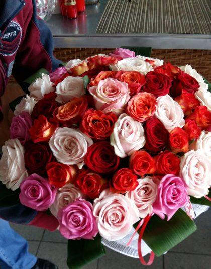 Buchet trandafiri multicolor pe rotund cu verdeata