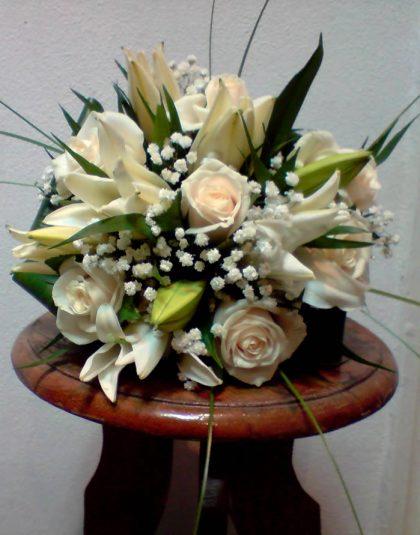 BM-03 Buchet nunta rotund cu trandafiri crem ,crin imperial alb ,gypsophila si verdeata