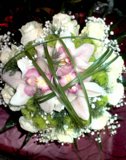 Buchet nunta rotund cu trandafiri albi, cupe orhidee, gypsophila si verdeata