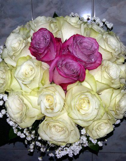 Buchet nunta rotund cu trandafiri albi, trandafiri cyclam, gypsophila si verdeata