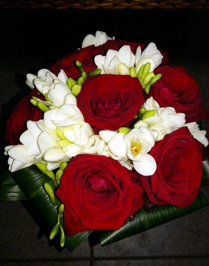 Buchet nunta rotund cu trandafiri rosii, fresia alba si aspidistra intoarsa la baza