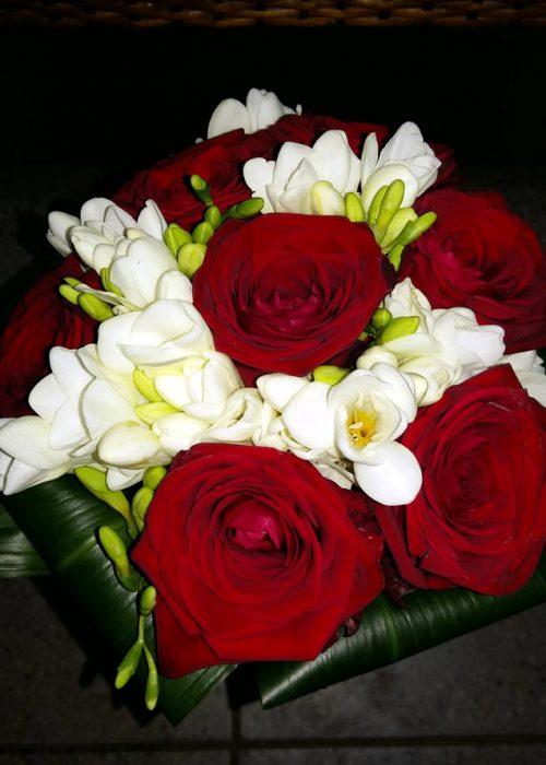 BM-13 Buchet nunta rotund cu trandafiri rosii ,fresia alba si aspidistra intoarsa la baza.