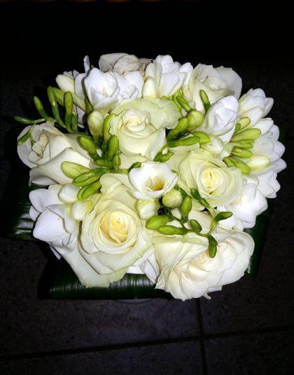 Buchet nunta pe rotund cu trandafiri albi, fresii albe si aspidistra intoarsa la baza